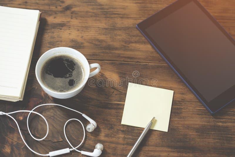 Area di lavoro con una tazza di caff? fotografie stock libere da diritti