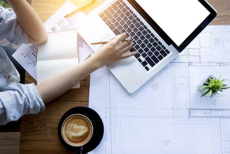 Area di lavoro creativa e del progettista dell'architetto, di ingegneria, immagini stock