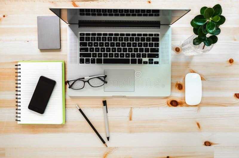 Area di lavoro della disposizione del computer portatile personale sulla Tabella, progettista creativo Workplace sulla vista supe immagine stock