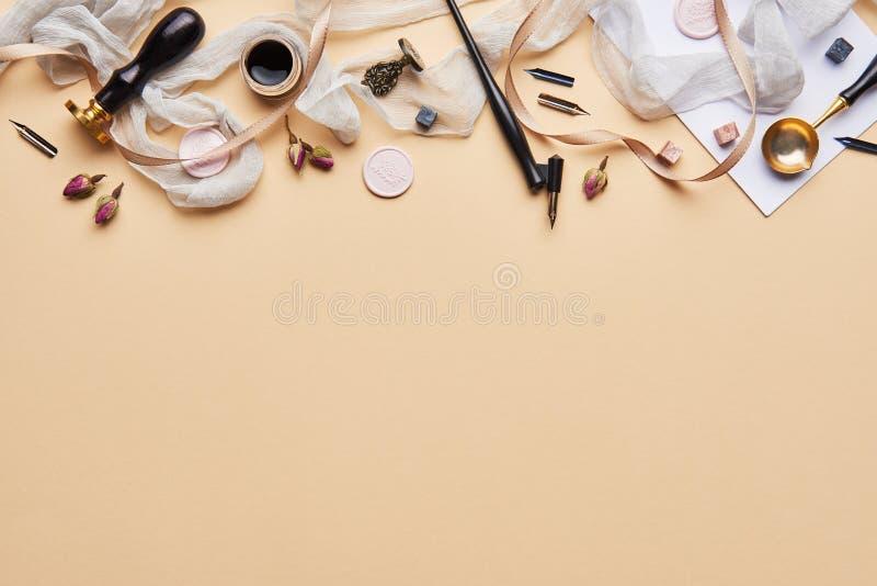 Area di lavoro femminile di calligrafia dello scrittorio con lo spazio della copia fotografia stock