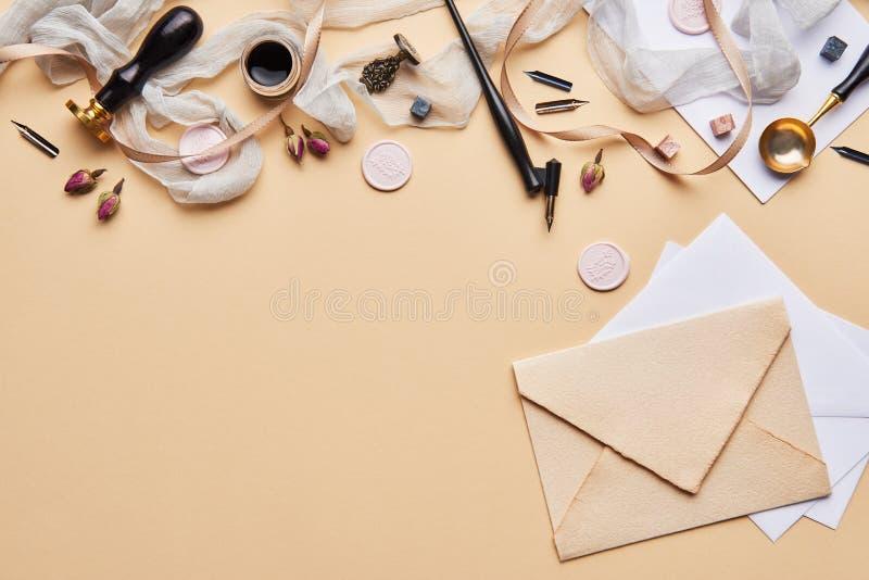 Area di lavoro femminile di calligrafia dello scrittorio con lo spazio della copia immagini stock