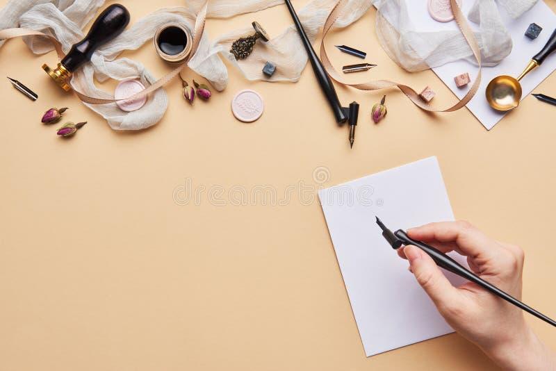 Area di lavoro femminile di calligrafia dello scrittorio con lo spazio della copia immagine stock libera da diritti