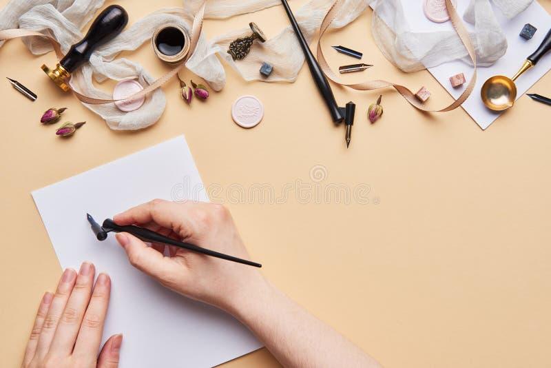Area di lavoro femminile di calligrafia dello scrittorio con lo spazio della copia fotografia stock libera da diritti