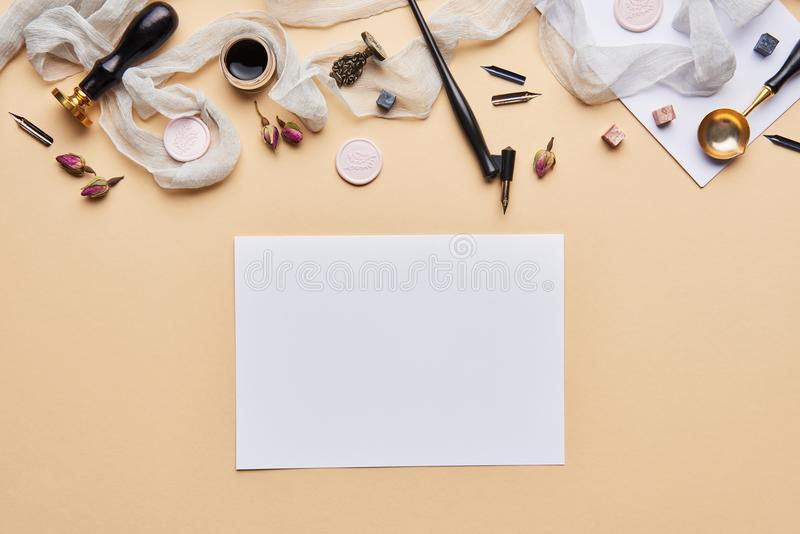 Area di lavoro femminile di calligrafia dello scrittorio con lo spazio della copia fotografie stock libere da diritti