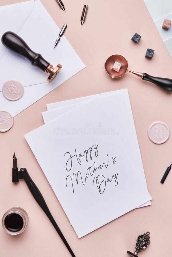 Area di lavoro femminile dello scrittorio con la citazione: Giorno felice del ` s della madre fotografia stock libera da diritti