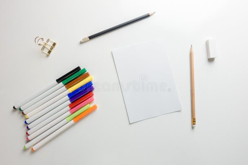 Area di lavoro minima - il piano creativo pone la foto dello scrittorio dell'area di lavoro con lo sketchbook e della matita di l immagine stock libera da diritti