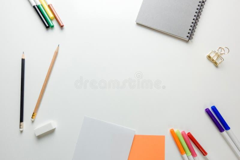 Area di lavoro minima - il piano creativo pone la foto dello scrittorio dell'area di lavoro con lo sketchbook e della matita di l fotografie stock libere da diritti