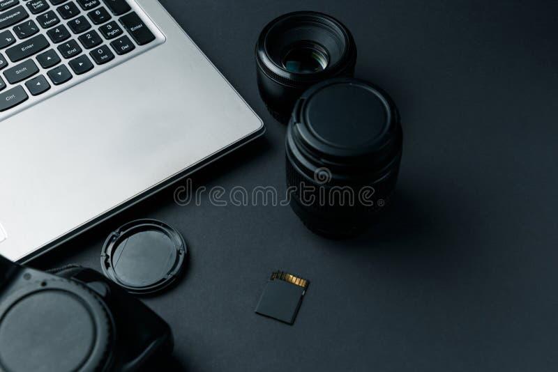 Area di lavoro sulla tavola nera del fotografo fotografie stock