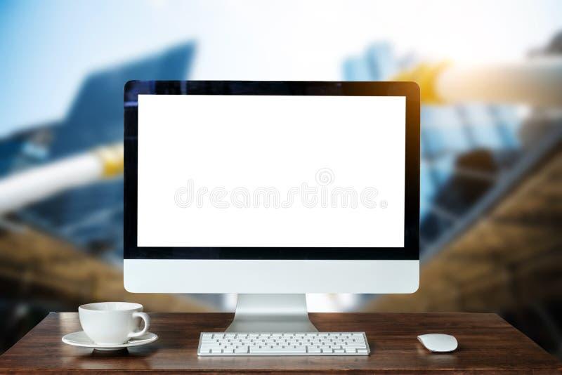 Area di lavoro di vista frontale con il computer, fotografia stock libera da diritti