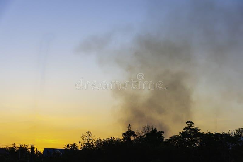 Area di parcheggio con inquinamento dello smog con il fumo del cielo immagine stock libera da diritti