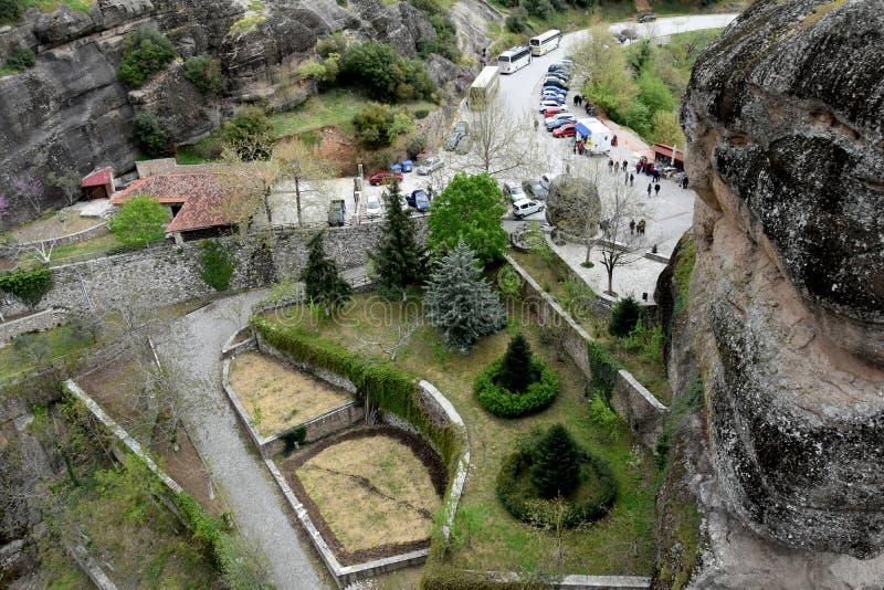 Area di parcheggio e sentiero per pedoni davanti al monastero di Meteora fotografia stock libera da diritti