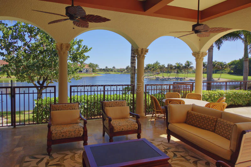 Area di piattaforma domestica di lusso di Florida con la vista dell'acqua fotografia stock libera da diritti