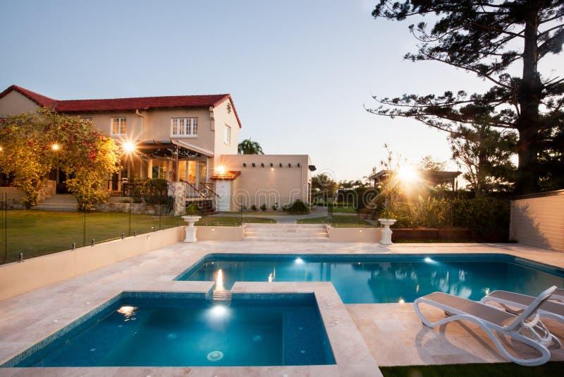 Area di piscina moderna con le luci da un palazzo for Costos de piscinas