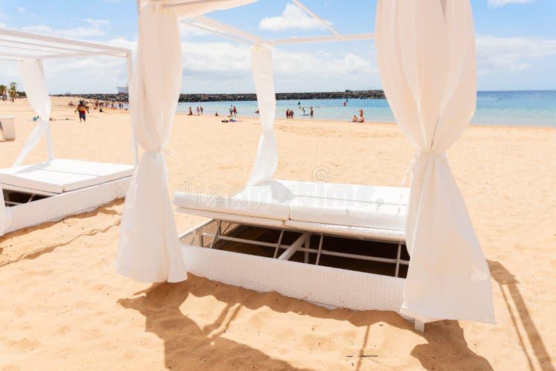Area di rilassamento STAZIONE TERMALE sulla spiaggia fotografia stock libera da diritti