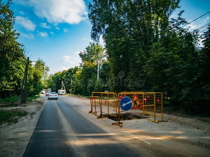 Area di riparazione recintata della strada Scavo per la riparazione della fogna immagine stock libera da diritti