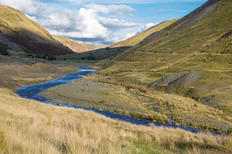 Area estraente del cavo in disuso e valle erbosa, Cwmystwyth, Galles immagine stock libera da diritti