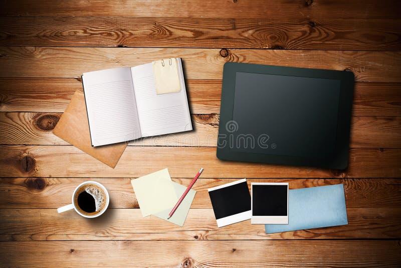 Area lavoro con la tazza di caffè ed il pc del ridurre in pani fotografia stock libera da diritti