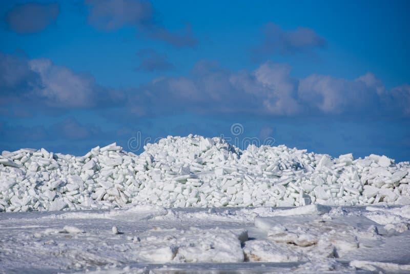 Area massiccia con la pila enorme del ghiaccio in mare immagini stock