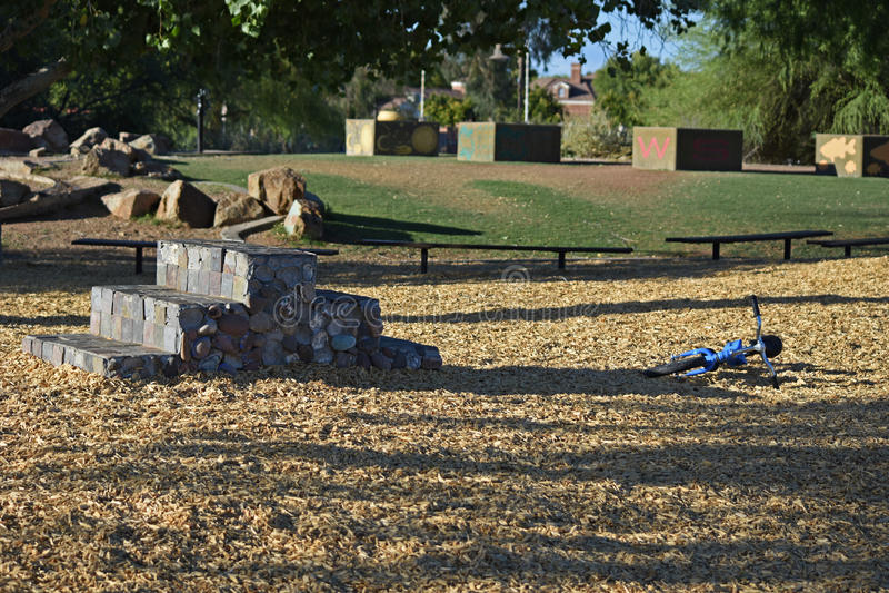 Area vuota del gioco da bambini durante il tramonto fotografia stock libera da diritti