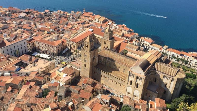 Areal sikt av Cefalu, Italien arkivfoton