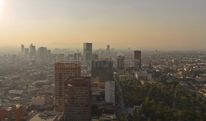 Areal sikt av den i stadens centrum Mexico huvudstaden från Torre Latinoamericana arkivfoto
