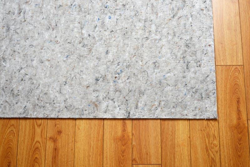 Areal som filts under plattan på hårt trägolv arkivfoto