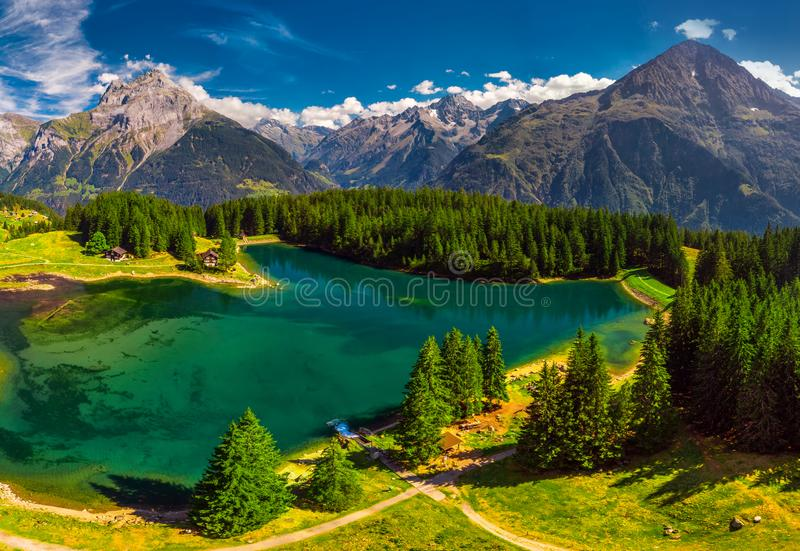 Areal widok Arnisee z Szwajcarskimi Alps Arnisee jest rezerwuarem w kantonie Uri, Szwajcaria, Europa fotografia stock