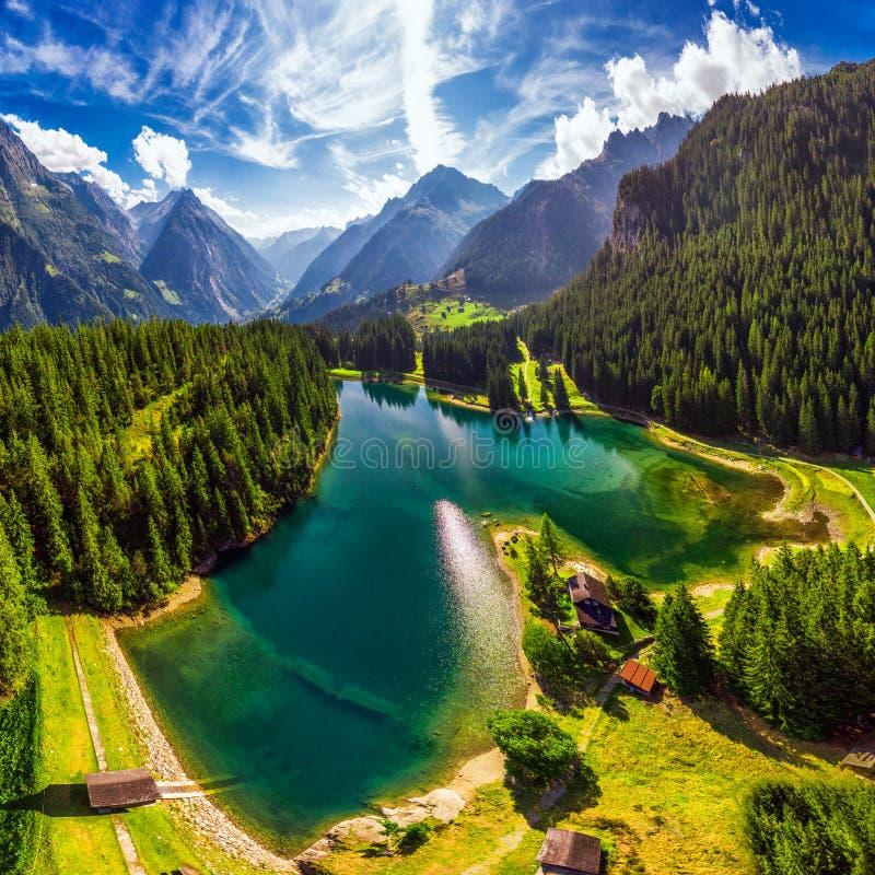 Areal widok Arnisee z Szwajcarskimi Alps Arnisee jest rezerwuarem w kantonie Uri, Szwajcaria, Europa obraz royalty free