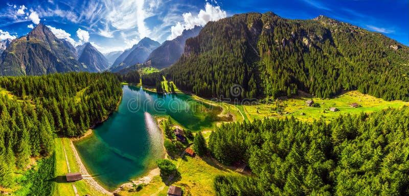 Areal widok Arnisee z Szwajcarskimi Alps Arnisee jest rezerwuarem w kantonie Uri, Szwajcaria, Europa zdjęcia stock