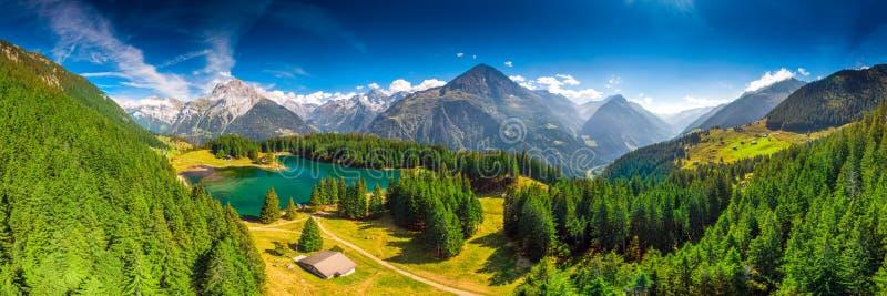 Areal widok Arnisee z Szwajcarskimi Alps Arnisee jest rezerwuarem w kantonie Uri, Szwajcaria, Europa obraz stock
