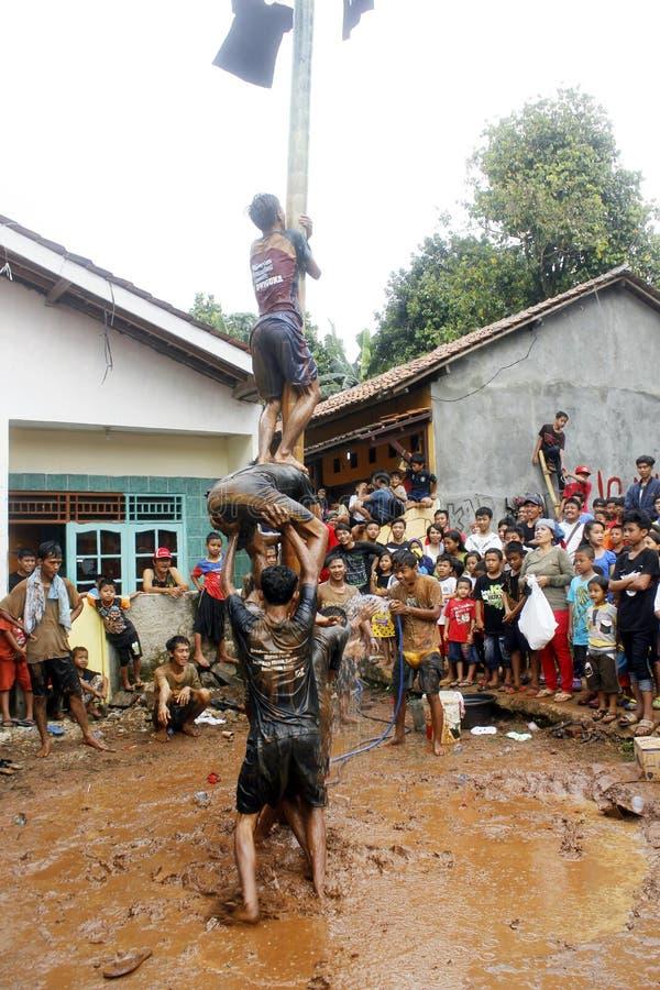Arecaträd-klättring lopp som firar minnet av Indonesien självständighetsdagen arkivfoton