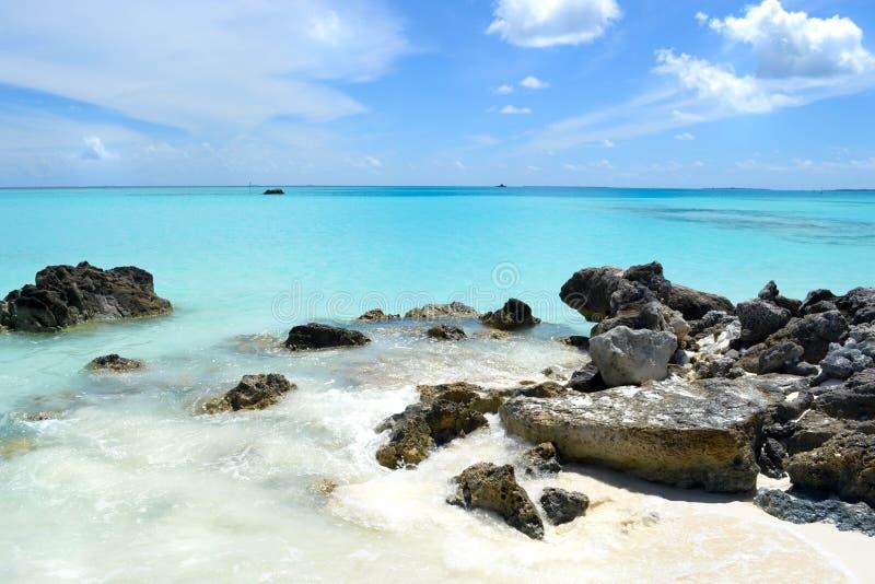 Areia branca, pedras e oceano azul, Maldivas fotografia de stock