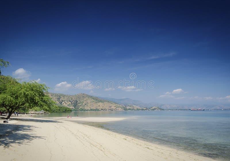 Download Areia Branca Tropikalny Plażowy Widok Blisko Dili W Wschodnim Timor Zdjęcie Stock - Obraz złożonej z piasek, indonezja: 106917172