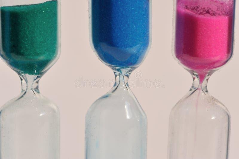 Areia colorida do vidro da hora fotos de stock royalty free