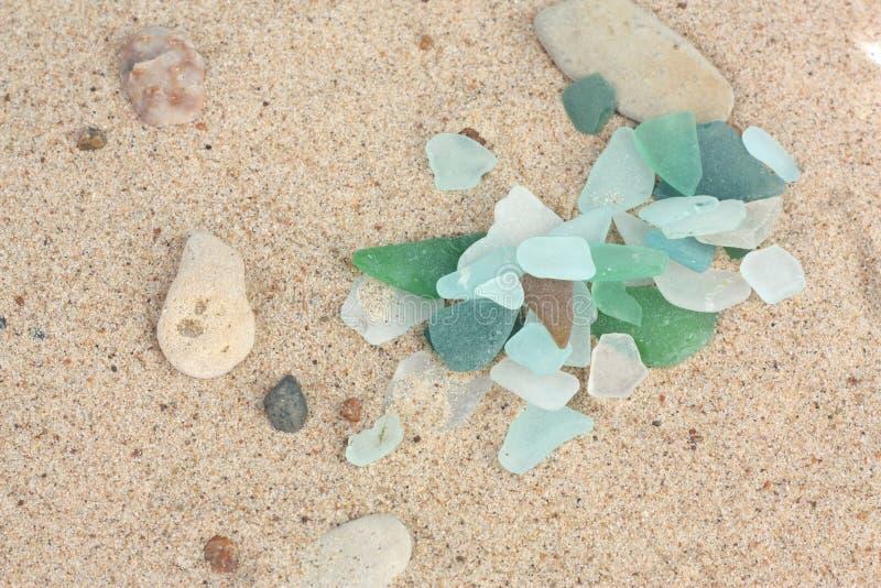 Areia com partes de vidro imagens de stock royalty free