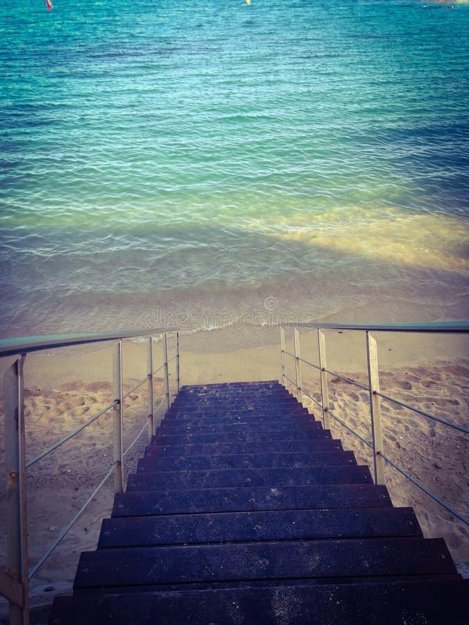Areia da água azul da praia das etapas imagens de stock
