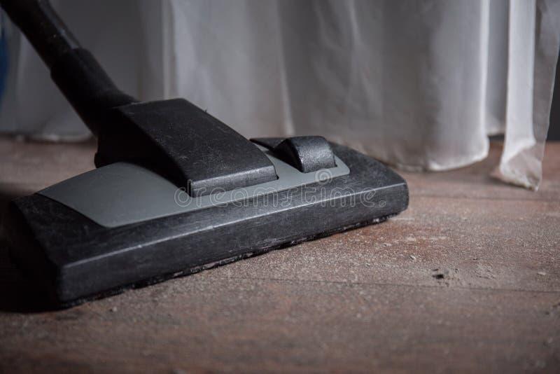 Areia da limpeza do assoalho de madeira fotografia de stock royalty free