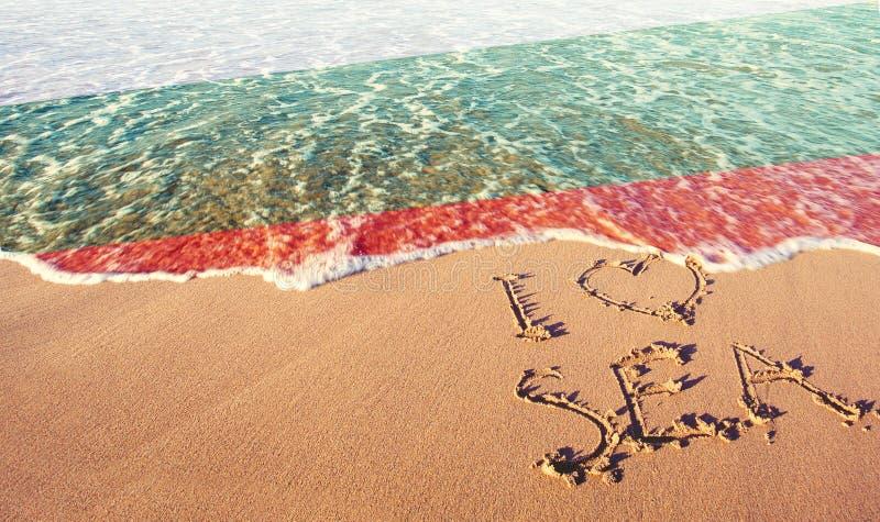 Areia da praia, mar e bandeira Bulgária Eu amo o conceito de Bulgária foto de stock royalty free