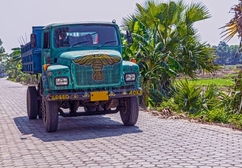 Areia de corrida e levando do caminhão de descarregador indiano colorido para obras imagem de stock