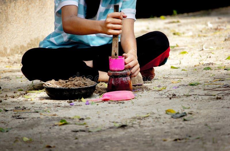 Areia do plano da criança com o brinquedo plástico no parque fotografia de stock