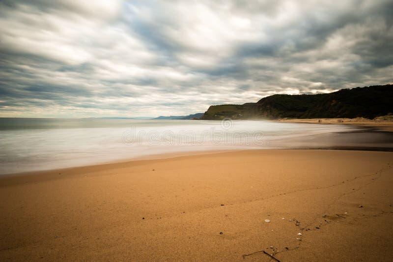 Areia dourada e nuvens moventes foto de stock royalty free