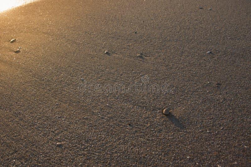 Areia e alguns seixos com brilhante imagem de stock