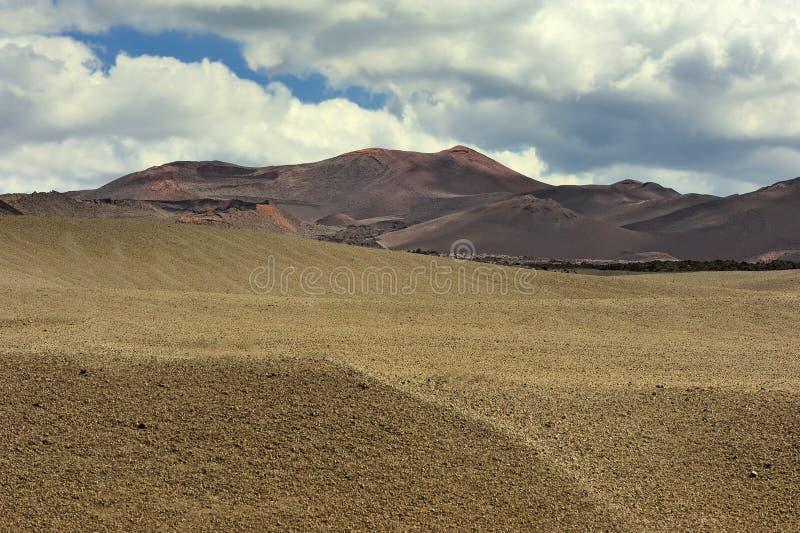 Download Montanha Vulcânica No Parque Nacional De Timanfaya, Ilha De Lanzarote, Foto de Stock - Imagem de naturalizado, nuvem: 29840072