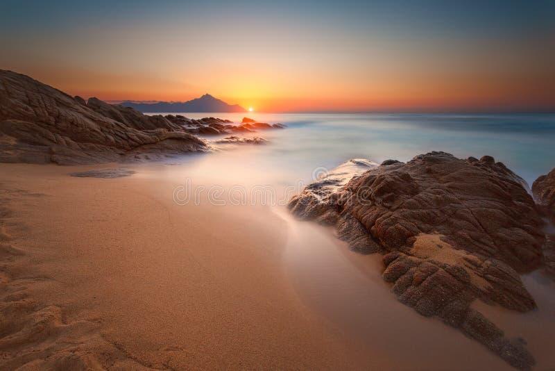 Areia e rochas no borrão de movimento na praia bonita no alvorecer imagens de stock royalty free