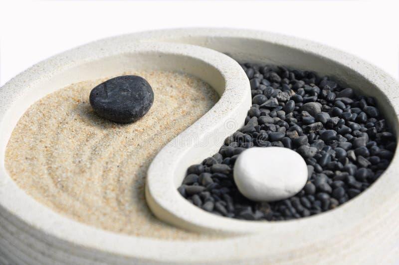 Areia e símbolo de pedra com Yin e Yang imagens de stock royalty free