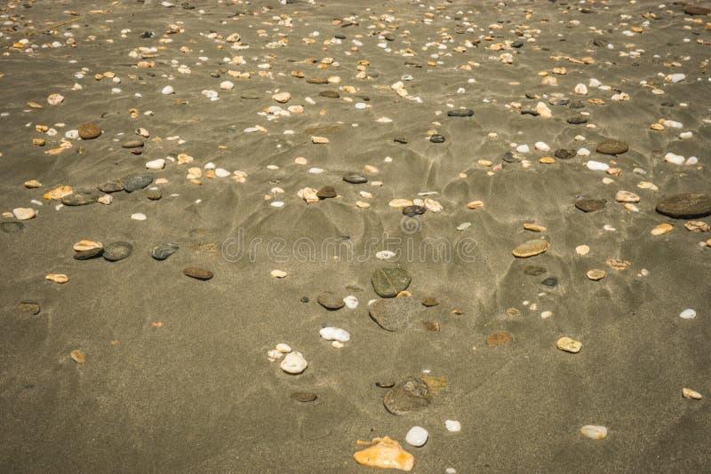 Areia e seixos na praia, Andros, Grécia imagem de stock