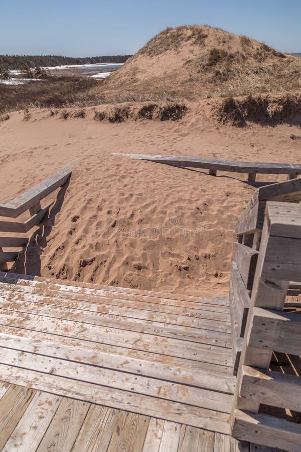 Areia empilhada em escadas de madeira imagens de stock