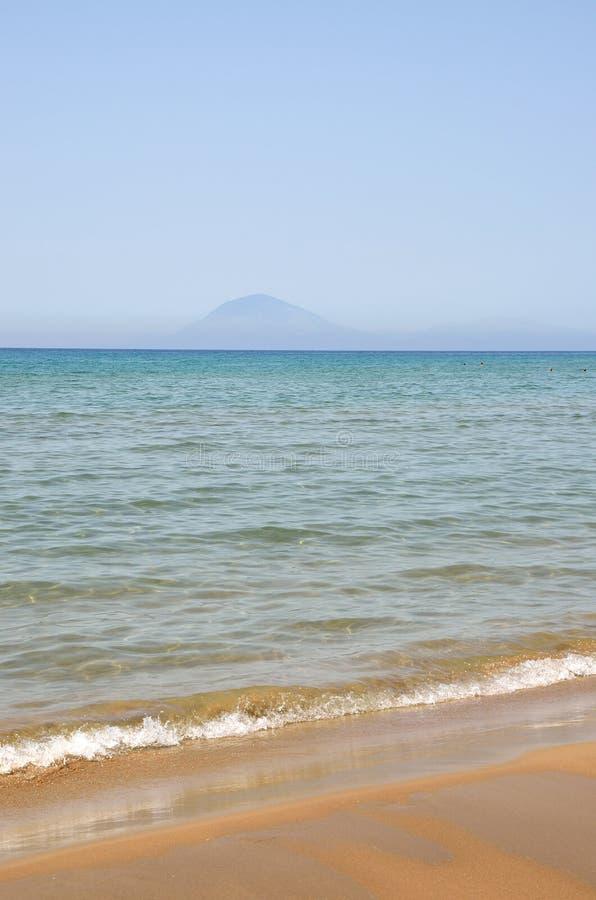 Areia, mar e céu fotografia de stock