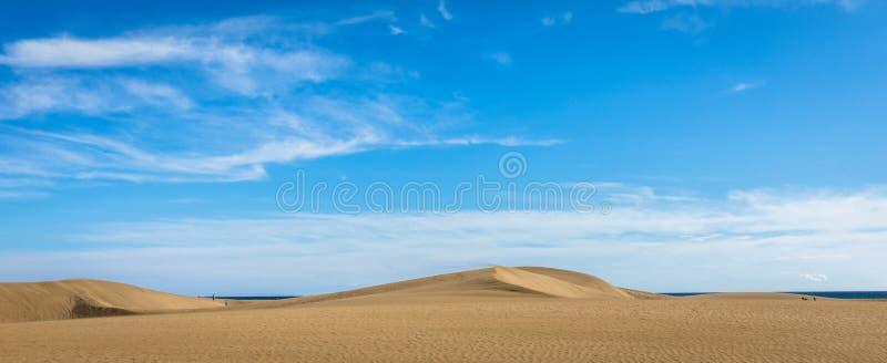 Areia nas dunas de Maspalomas, um deserto pequeno em Gran Canaria, Espanha Areia e céu Imagem do panorama fotos de stock