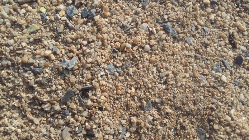 A areia, os pedregulhos e as rochas pequenas eram grânulo pretos misturados com o cascalho foto de stock